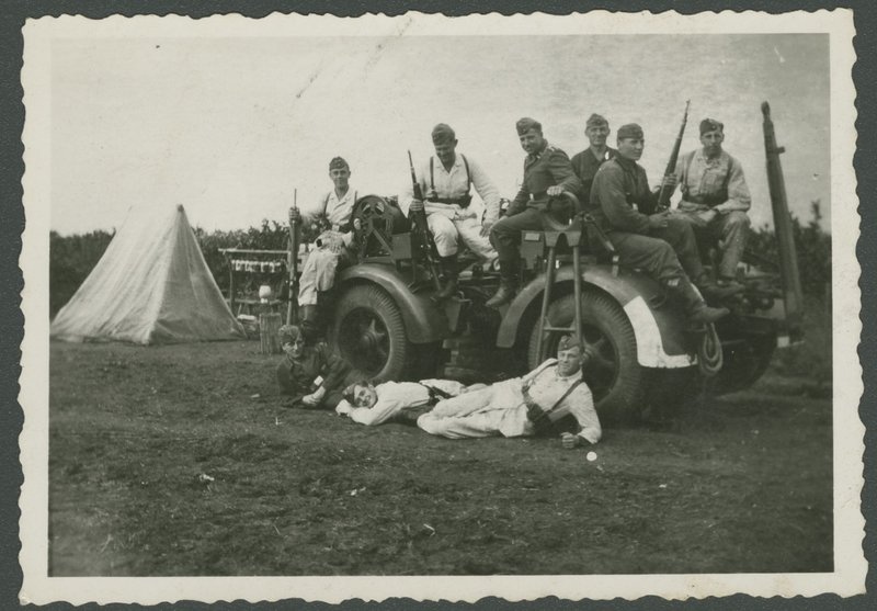 Go to Group of German soldiers on vehicle item page