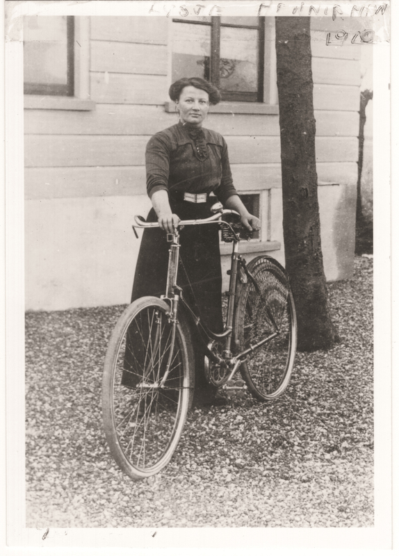Listje Henninpman with her bike, 1910